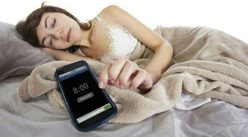 Mulai Sekarang, Coba Tinggalkan Kebiasaan Tidur Dekat Smartphone
