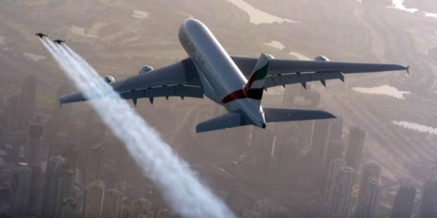 """Manusia Bersayap """"Kejar"""" Airbus A380 di Atas Kota Dubai"""