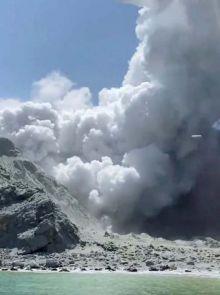 gunung-meletus-saat-wisatawan-sedang-santai-di-sekitar-kawah
