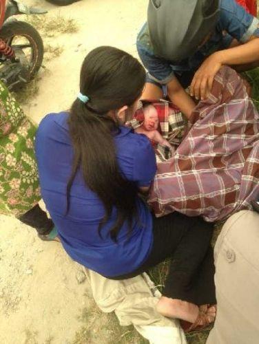 Dramatis..., di Tengah Kepungan Asap, karena Tak Kuat Menahan Ibu Ini Akhirnya Lahirkan Bayi Laki-laki di Pos Polisi