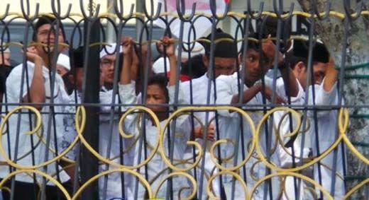 """Bocah dan Para Remaja Ini Ikut Demo """"Tangkap Ahok"""" di Depan Mapolda Riau"""
