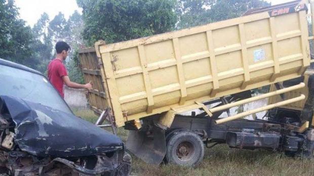 Mobil Rongsokan Terlepas Saat Diderek Melewati Jalan Lintas Pekanbaru-Bangkinang lalu Ditabrak Truk di Belakangnya