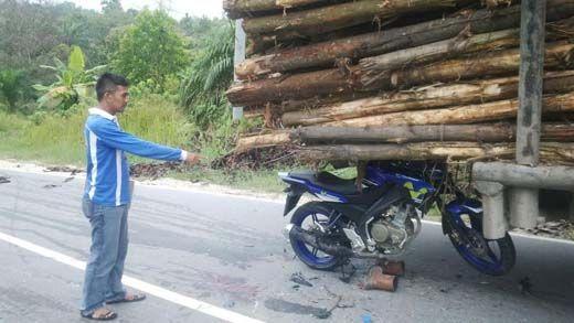 Sepeda Motor Tabrak Truk Mogok Bermuatan Kayu Balak di Jalur Siak-Pelalawan, Seorang Tewas di Puskesmas