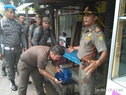Tak Terima Dirazia, Pemilik Warung Makan Siram Sambal ke Wajah Kepala Satpol PP Kampar