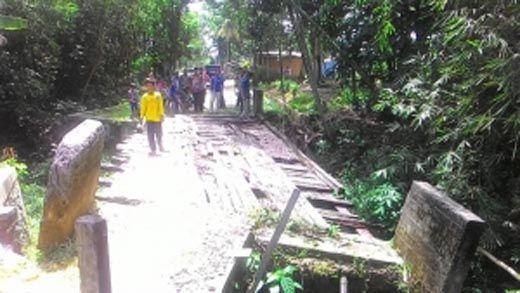 Empat Tahun Ambruk, Jembatan Desa Kototuo Barat Ini Tak Kunjung Diperbaiki Pemkab Kampar