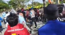 tindakan-represif-oknum-polisi-terhadap-mahasiswa-yang-demo-di-kantor-bupati-kepulauan-meranti