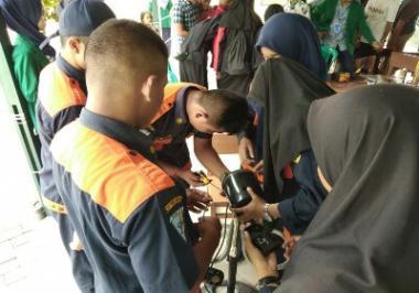 mahasiswa-kkn-umri-beri-pelatihan-reparasi-peralatan-elektronik-ke-warga-kelurahan-bambukuning