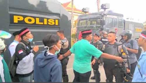 "Ada Gelagat Hendak ""Sandera"" Anggota Dewan, Polisi dan Mahasiswa Nyaris Ricuh di Gedung DPRD Riau"