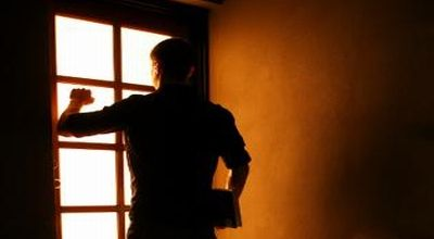 Astaga… Hanya karena Telat Buka Pintu Rumah, Abang Hajar Adik Kandung hingga Babak Belur