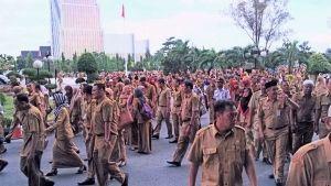 Takut Mendapat Sanksi, PNS Membludak Penuhi Halaman Kantor Gubernur Riau
