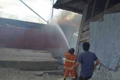 Kapal Motor Terbakar di Pelabuhan Rakyat Jalan Teduh Dumai, Api Menjalar hingga Menghanguskan Gudang di Dekatnya