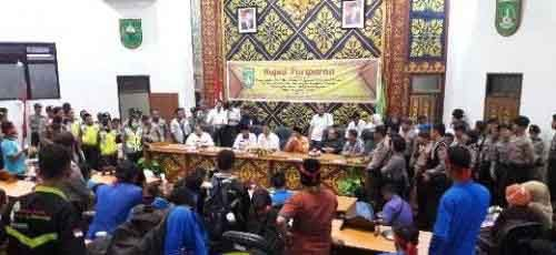 Pejabat yang Datang Bertemu Ratusan Mahasiswa Cuma Level Kabag, Pertemuan di Kantor DPRD Dumai tanpa Keputusan