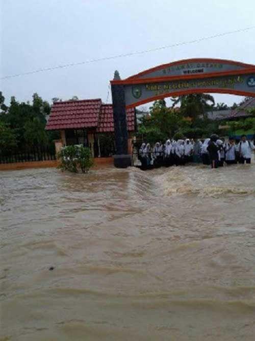 Luapan Parit PT Tunggal Perkasa Plantations Genangi Sekolah di Airmolek Indragiri Hulu
