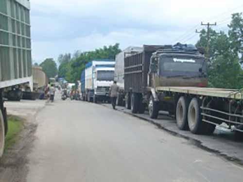 Perhatian! Mulai 23 Juni Truk Dilarang Lewat Jalan Riau-Sumbar