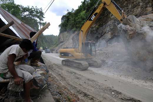 Jelang Libur Tahun Baru 2017, Alat Berat Disiagakan di Daerah Rawan Longsor Jalur Riau-Sumbar