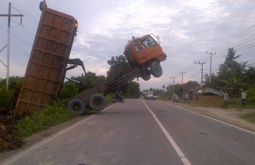 """Muatan Terlalu Berat, Kepala Truk """"Terbang"""" Setinggi 7 Meter di Pinggir Jalan Lintas Ujungtanjung - Duri"""
