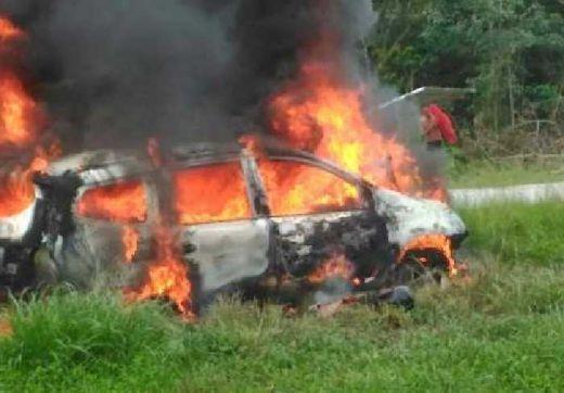 Nissan Livina dan Sepeda Motor Tabrakan, lalu Terbakar! Dua Pemotor Terseret hingga Tewas di Jalan Lintas Siak-Buatan