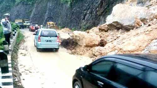 Jalan Lintas Sumbar-Riau Rawan Longsor dan Minim Rambu-rambu