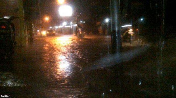 Jelang Maghrib Pekanbaru Diguyur Hujan Petir, Warga: Semoga Mampu Hilangkan Asap Pekat