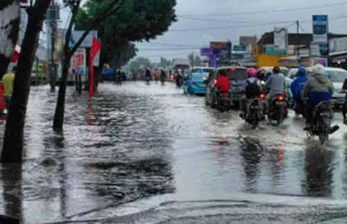 Pekanbaru Diguyur Hujan Deras, Jalan Kaharuddin Nasution Terendam Banjir