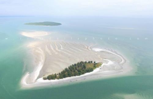 Izin Penambangan Pasir yang Diberikan Pemprov Riau kepada PT Logomas di Pulau Beting Aceh Kabupaten Bengkalis Mengancam Kawasan Wisata Rupat