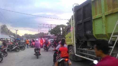 Lalu Lintas Jalur Riau-Sumbar di Pasar Kuok Padat, Polisi Alihkan Arus Lewat Lapangan Dekat Kantor Camat