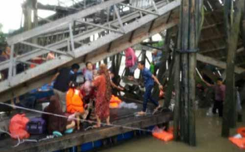 Ruang Tunggu Jembatan Penumpang di Pelabuhan Tanjunggadai Kepulauan Meranti Ambruk, 40 Orang Tercebur ke Laut