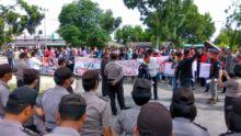 ratusan-mahasiswa-dari-berbagai-kampus-di-riau-turun-ke-selatpanjang-demo-di-kantor-bupati